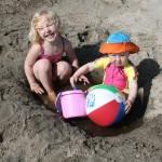 Silja og Maren Emilie koser seg på stranden.