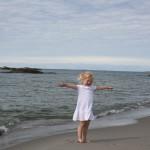 Maren Emilie på en sandstrand